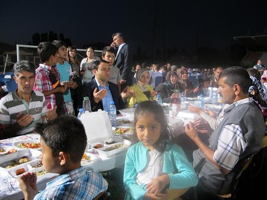 Vali Işın'dan Ağrı'da bin 200 kişilik iftar sofrası