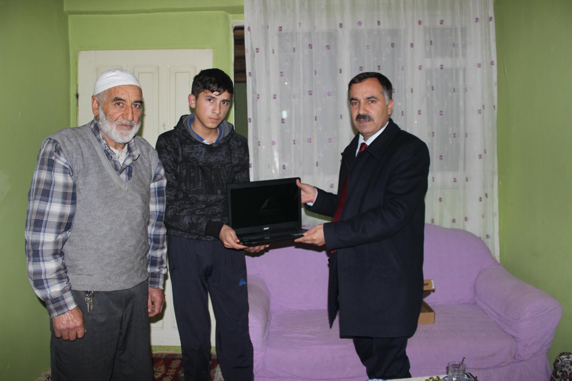 İl Başkanı Abbas Aydın'dan Bilgisayar Hediyesi…