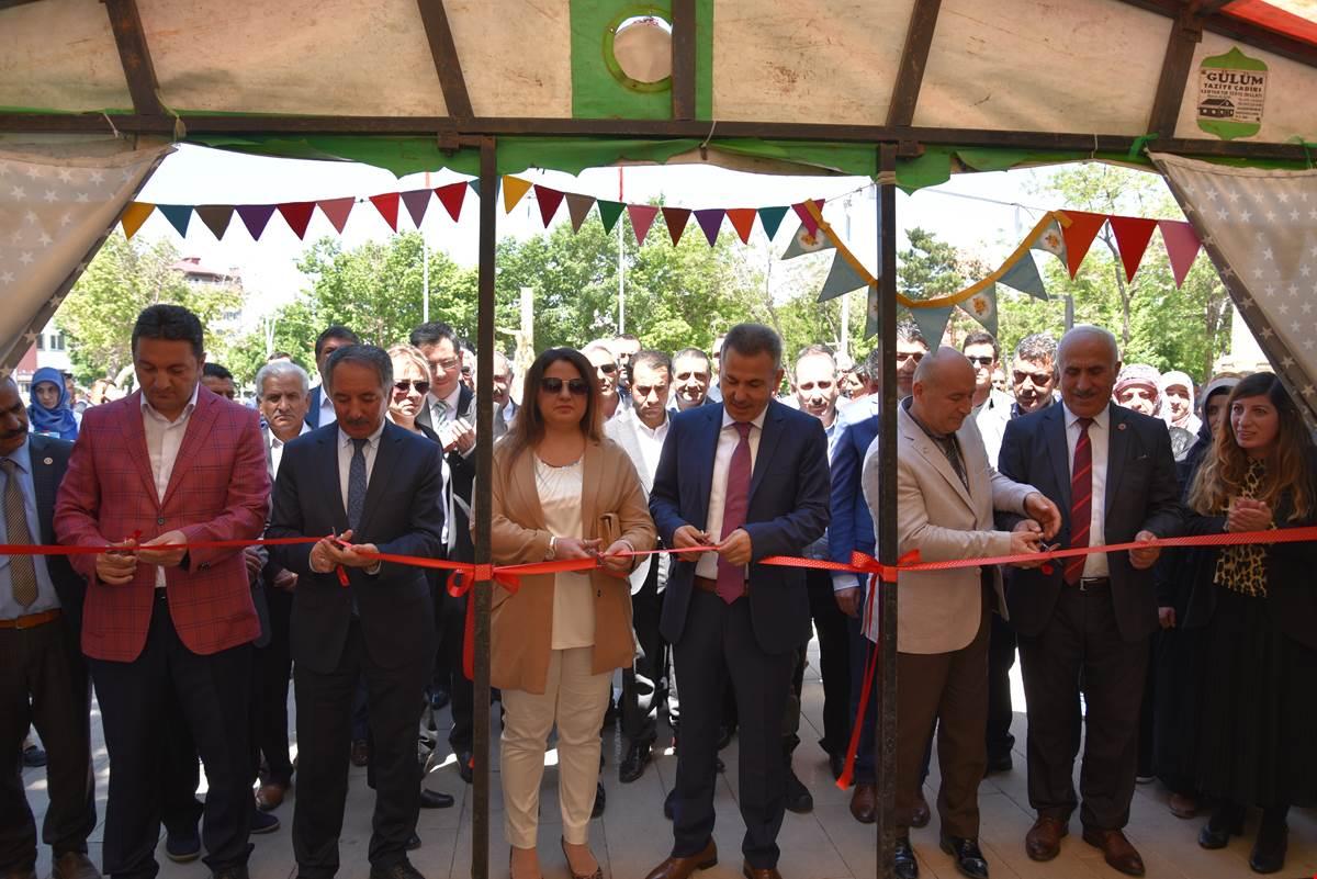 Vali Elban ve Eşi Beyza Elban, Aile Destek Eğitim Merkezi'nin Sergi Açılışını Gerçekleştirdi
