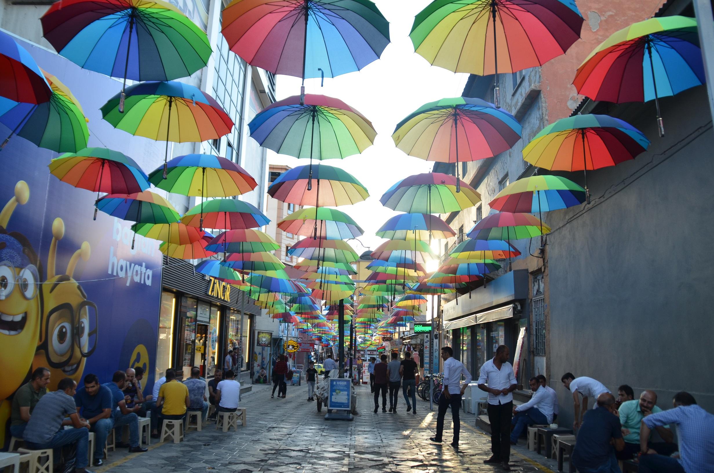 Ağrı Belediyesi, Şemsiyeli Sokak Projesi'ni hayata geçirdi.