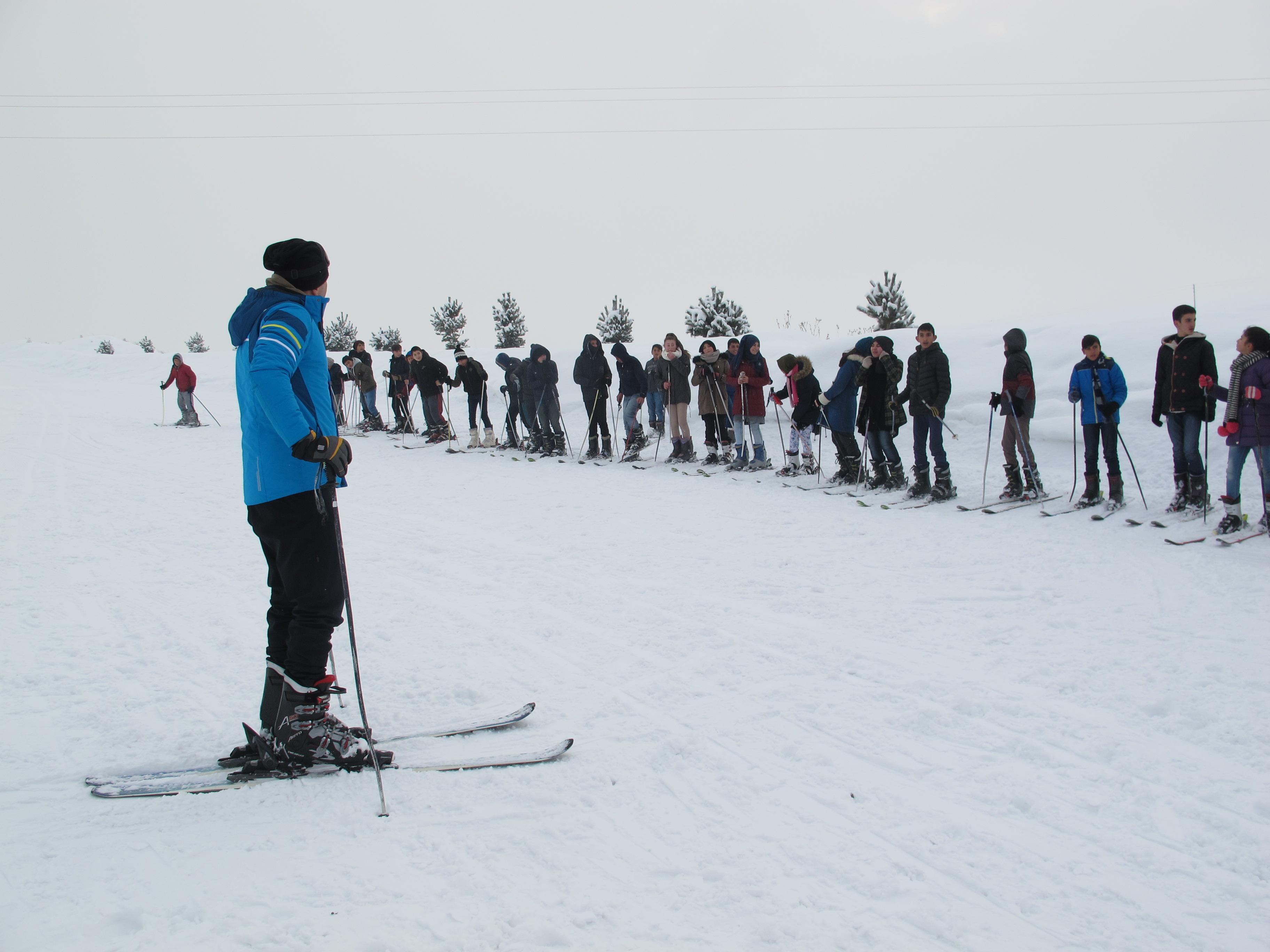 Öğretmen, öğrencilerini kayakla tanıştırdı