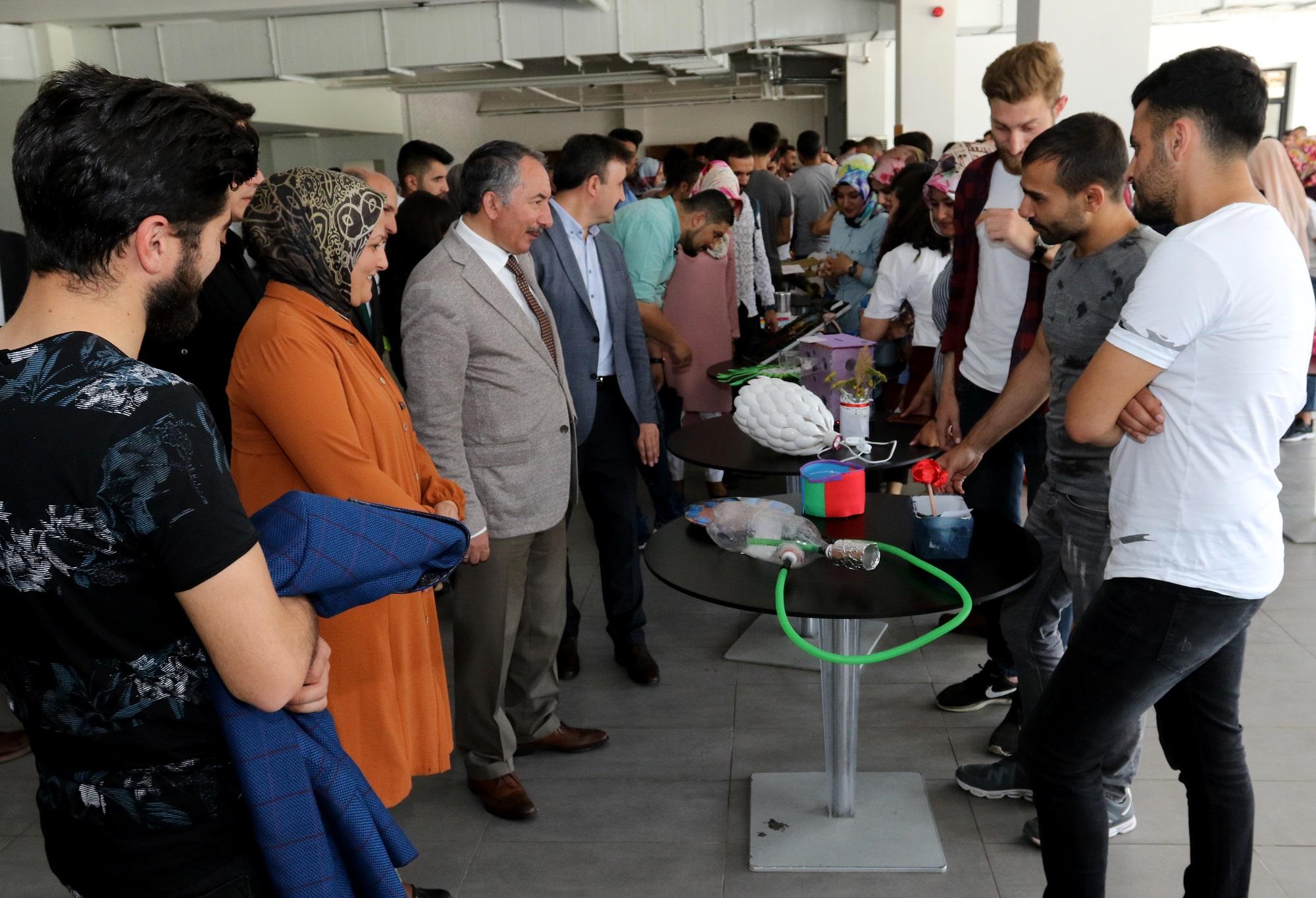 """Ağrı İbrahim Çeçen Üniversitesi Öğrencileri """"Sıfır Atık Projesi"""" Materyal Sergisi Açtı"""