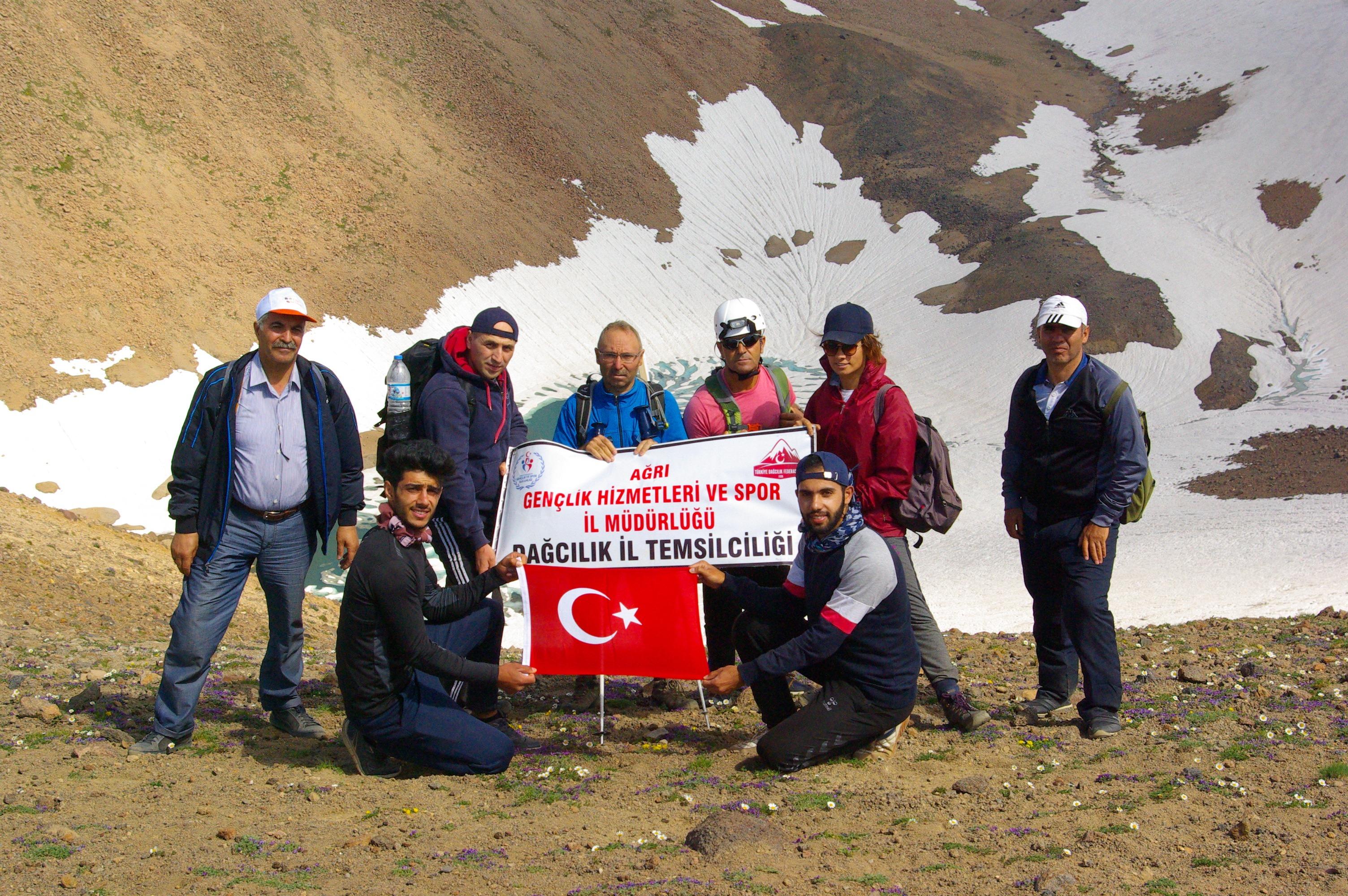 Ağrılı dağcılar Süphan Dağı'na tırmandı