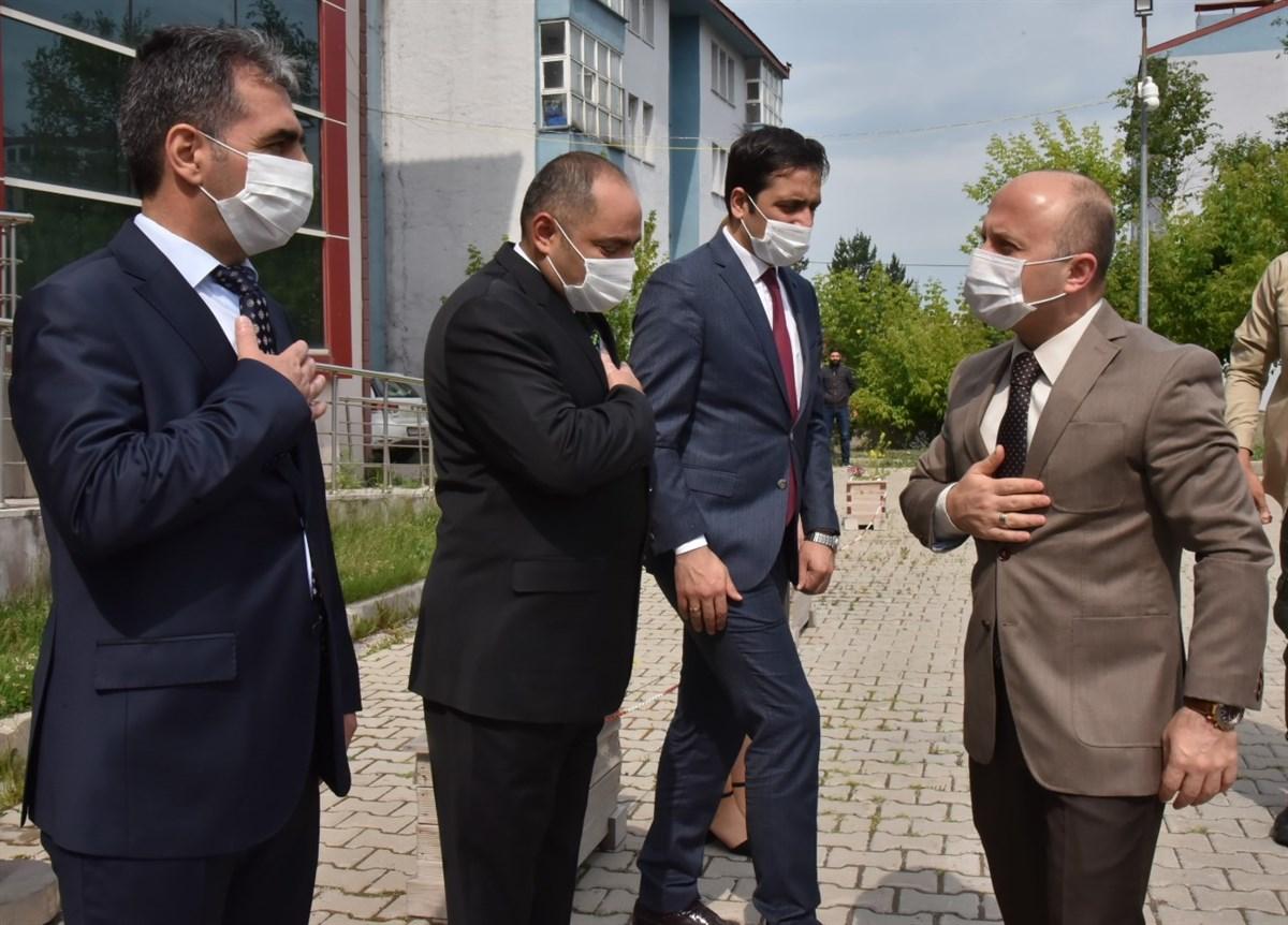Vali Dr. Osman Varol'a Çevre ve Şehircilik İl Müdürlüğünde çiçekli karşılama.
