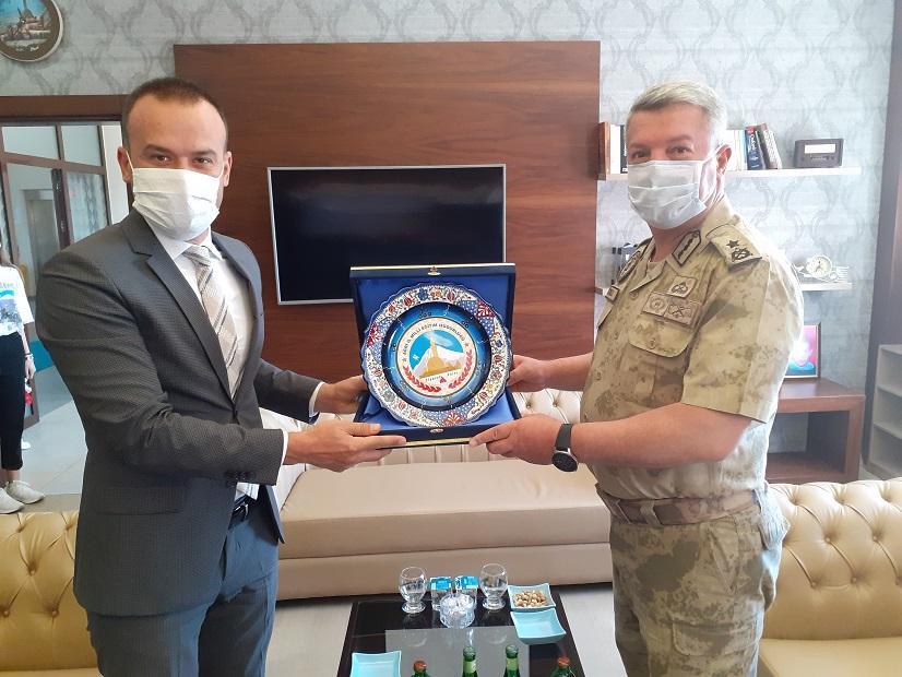 Ağrı İl Jandarma Komutanı Özkul'dan Milli Eğitim Müdürü Tekin'e veda ziyareti